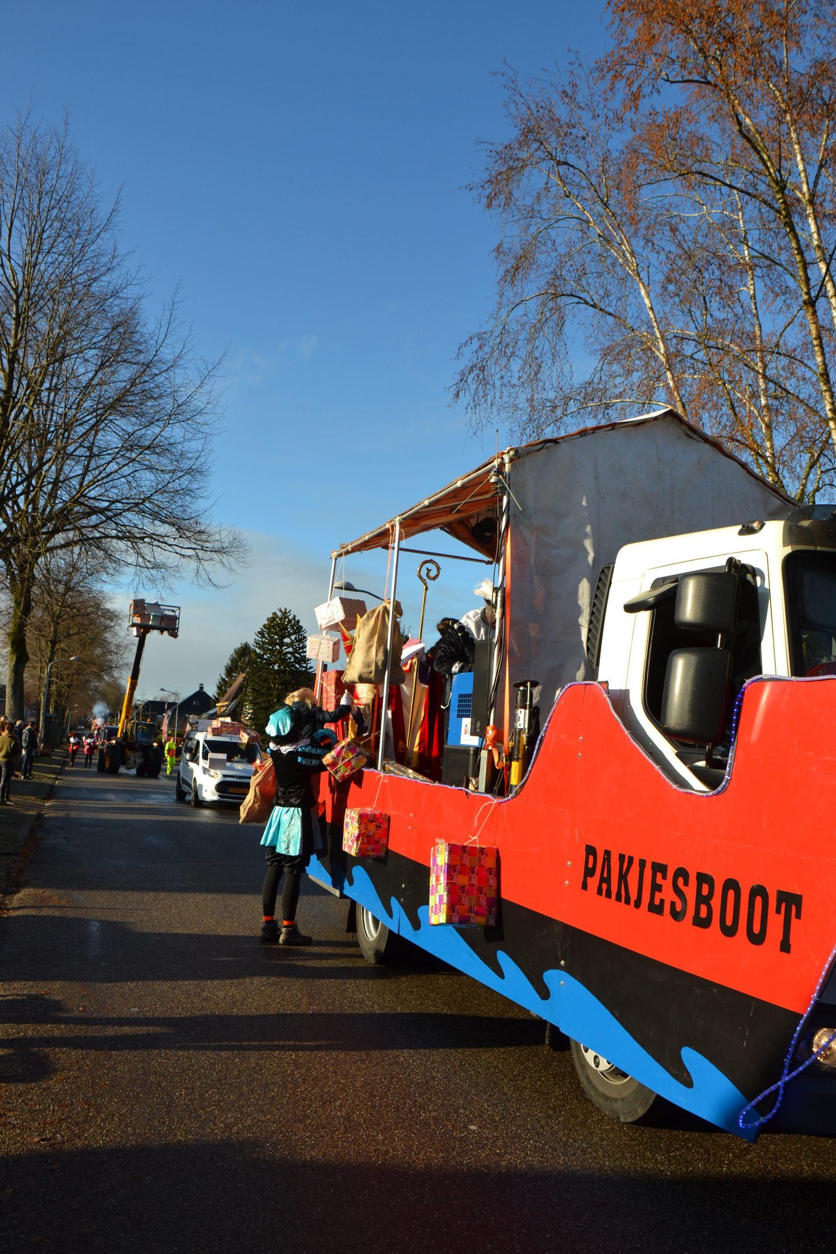 De boot van sinterklaas tijdens de pakjesbezorgdag in Zuidbroek